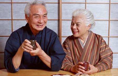 Học người Nhật uống một cốc nước